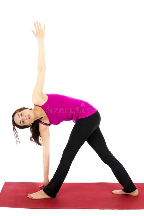 Pose revolvida do triângulo na ioga foto de stock