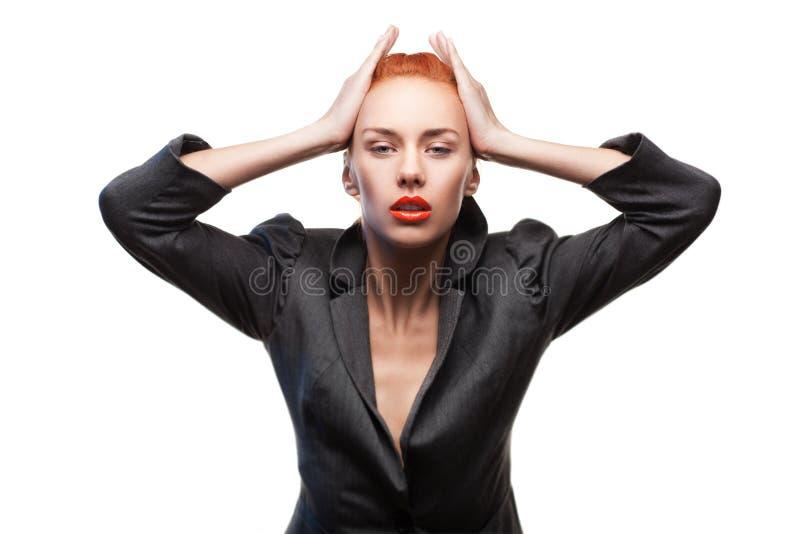 Pose rousse élégante de femme de beauté photo stock