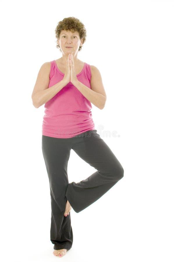 Pose sênior da ioga da aptidão da mulher da Idade Média imagem de stock royalty free