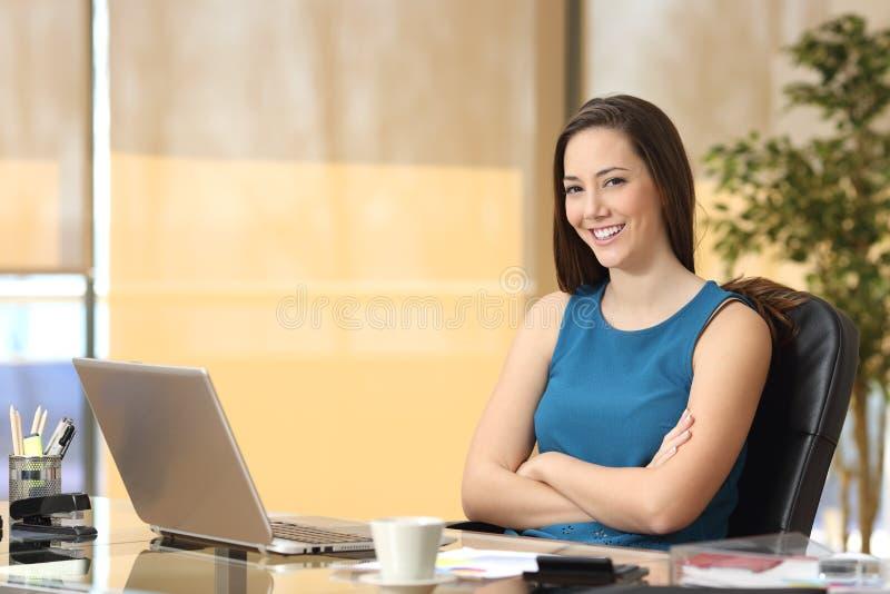 Pose sûre d'entrepreneur ou de femme d'affaires photographie stock