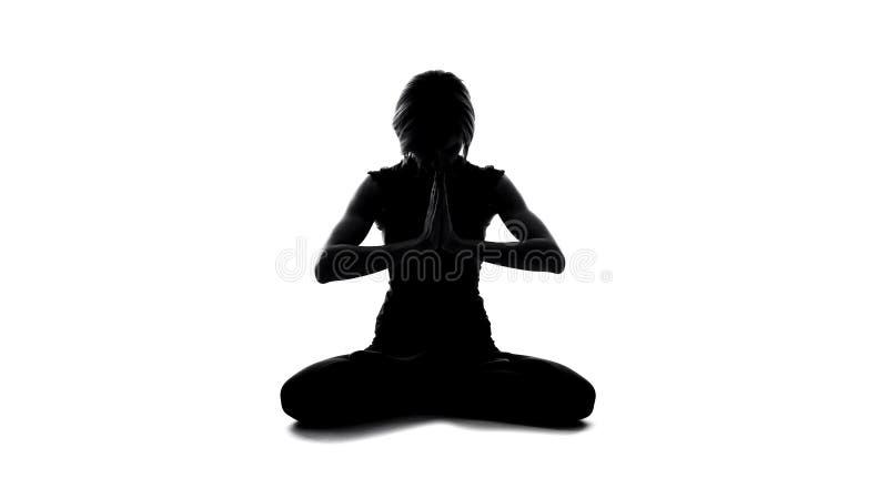 Pose se reposante méditante de lotus de silhouette femelle, mindfulness de yoga, spiritualité photographie stock libre de droits