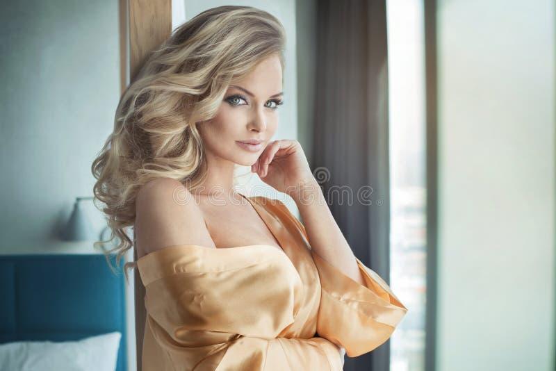 Pose sensuelle blonde de femme image stock