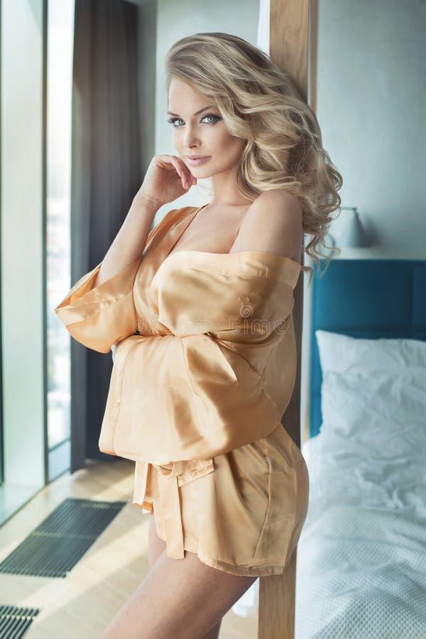 Pose sensuelle blonde de femme images stock
