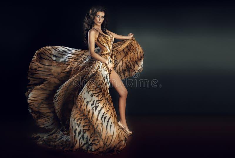 Pose sensuelle de femme de brune image stock
