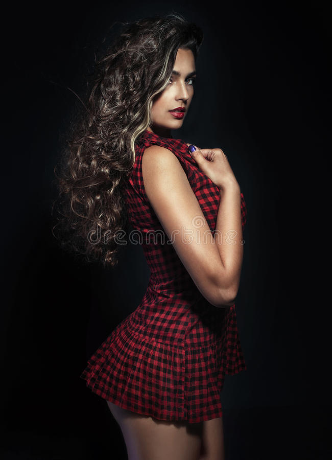 Pose sensuelle de femme de brune photos libres de droits