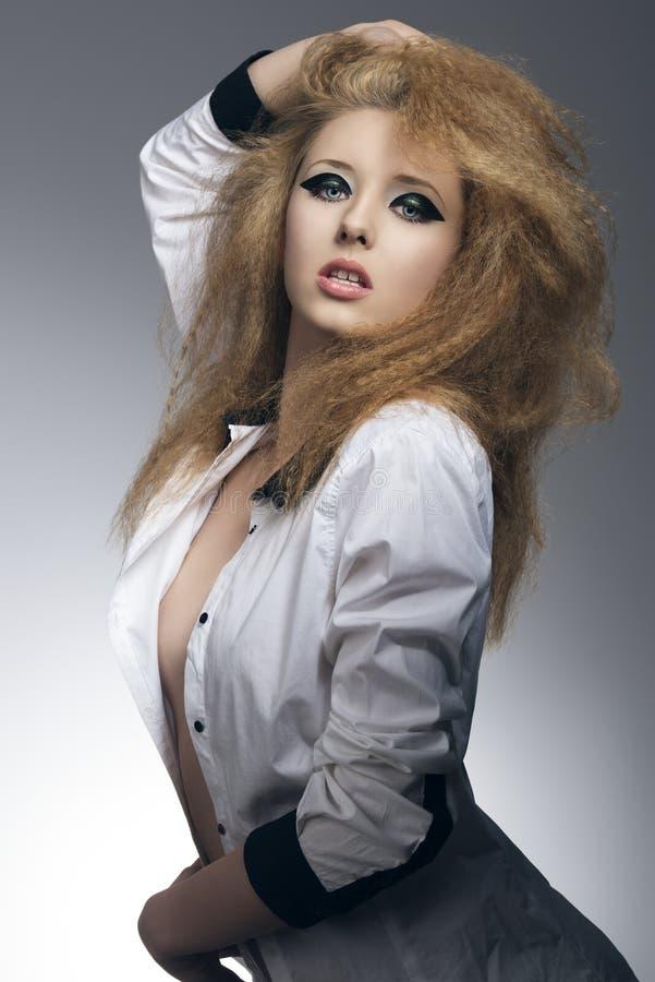 Pose sensuelle de femme de roche photos stock