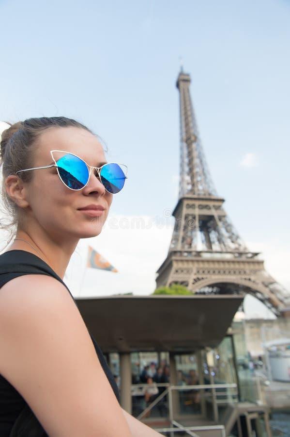 Pose 'sexy' da mulher na torre Eiffel em Paris, france Óculos de sol elegantes do desgaste de mulher no dia ensolarado Viagem e d imagem de stock royalty free