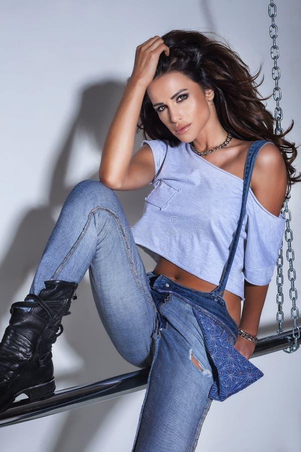 Pose sexy de femme de brune à la mode images stock