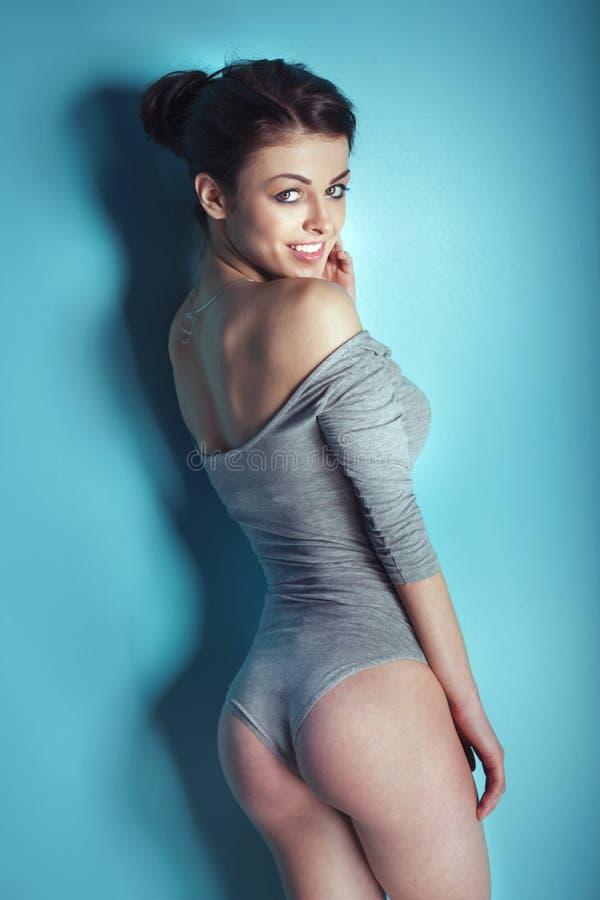 Pose sexy de femme de brunette photographie stock libre de droits