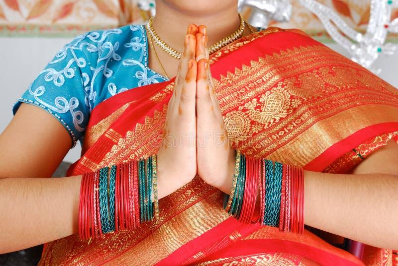 Pose tradicional da boa vinda do Indian imagens de stock royalty free
