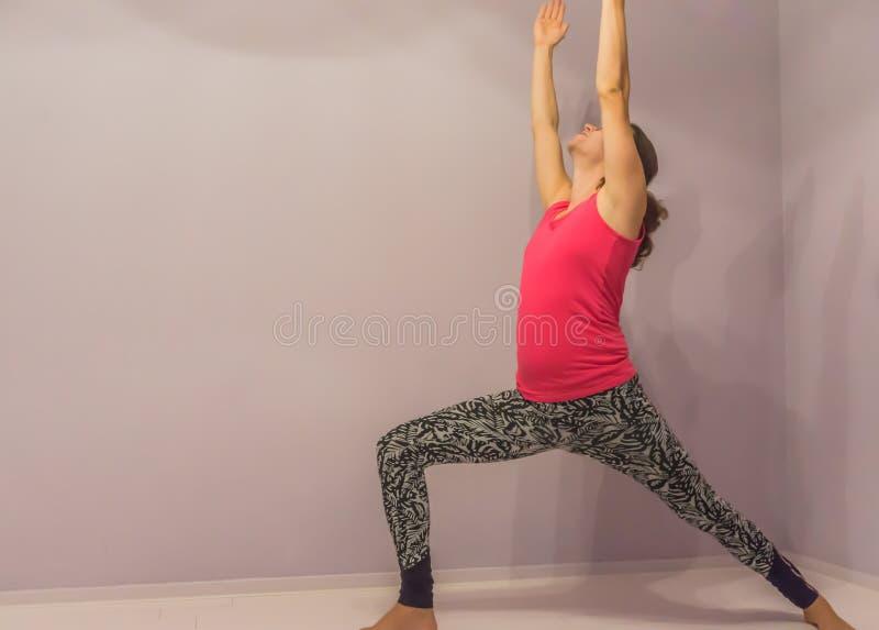 Pose uma do guerreiro da posição da ioga por uma menina nova do transgender fotografia de stock