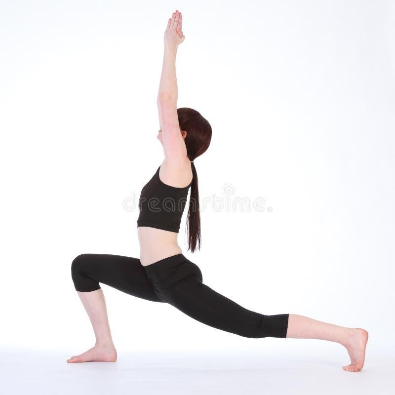 Pose Virabhadrasana do guerreiro um da ioga pela mulher do ajuste foto de stock royalty free