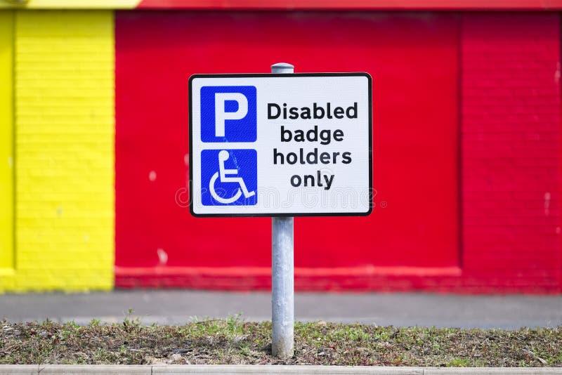 Poseedores de una tarjeta de identificaci?n discapacitados solamente en los posts de muestra del aparcamiento imágenes de archivo libres de regalías
