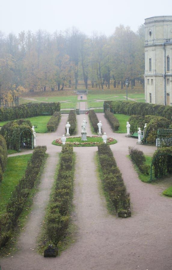 Poseer el jardín cerca del palacio de Gatchina imagenes de archivo