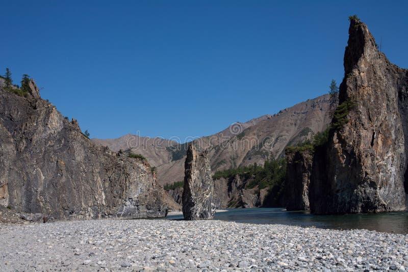 Poseer una roca en el medio del cauce del río imágenes de archivo libres de regalías