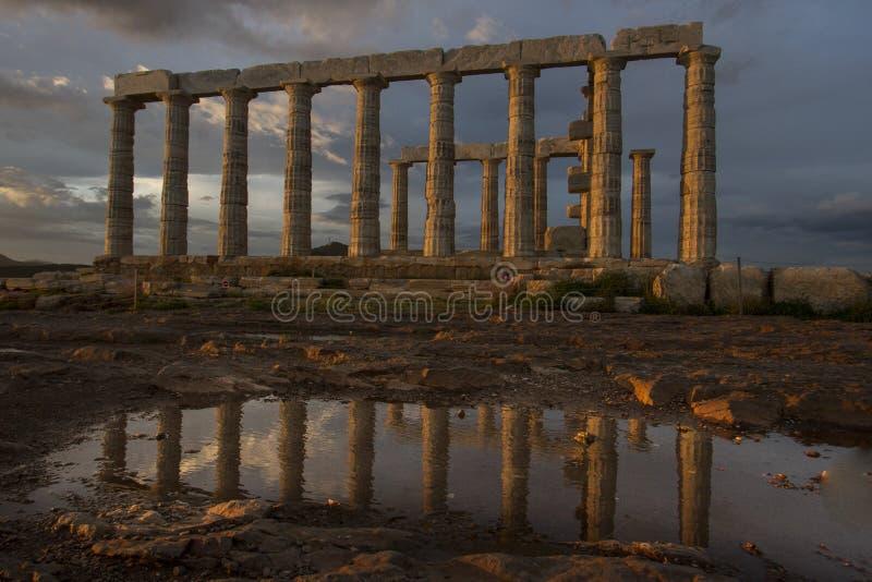 Poseidon świątynia odbijająca na podeszczową wodę obraz stock
