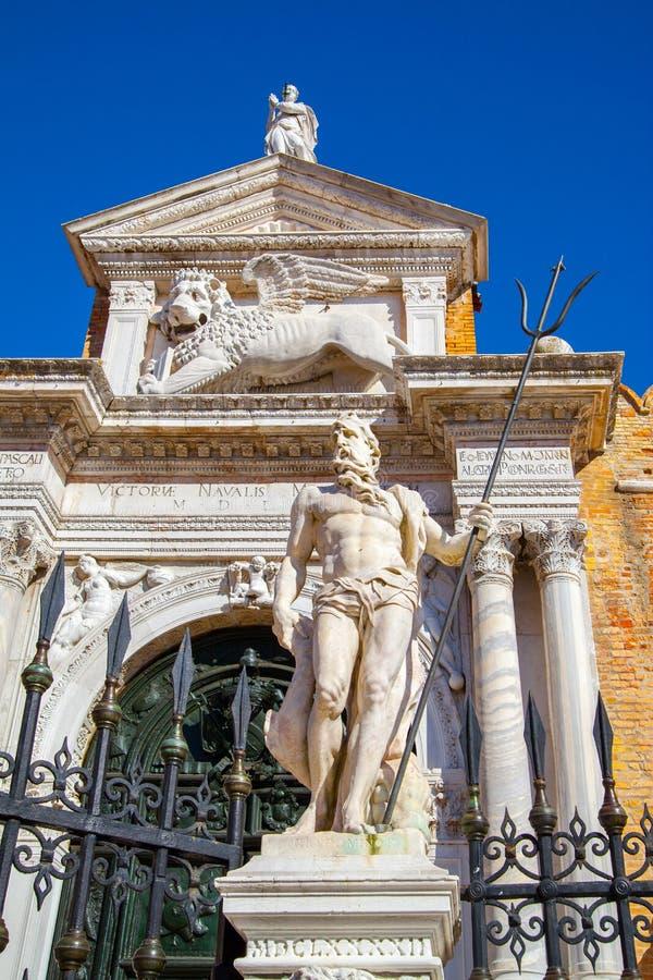 Poseidon delante de la entrada al arsenal veneciano, foto de archivo