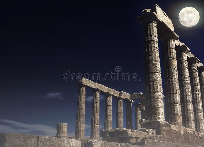 Poseidon ` s świątynia przy przylądkiem Sounion pod księżyc w pełni - Attica, Grecja zdjęcia royalty free