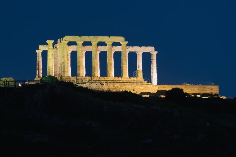 Poseidon tempel i Sounio Grekland förtöjd sikt för nattportship royaltyfri fotografi