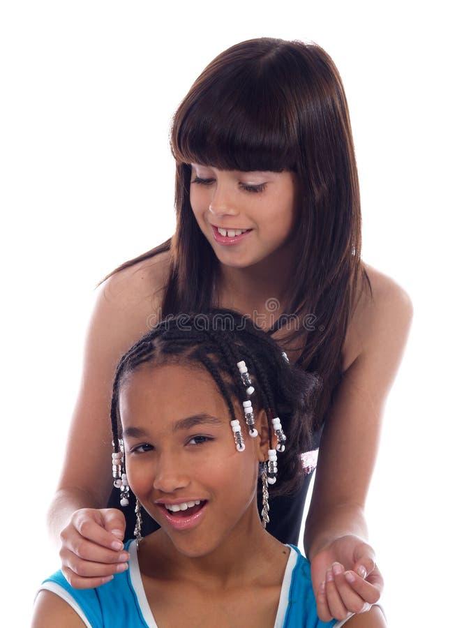 posera för 2 gulligt flickor royaltyfri foto
