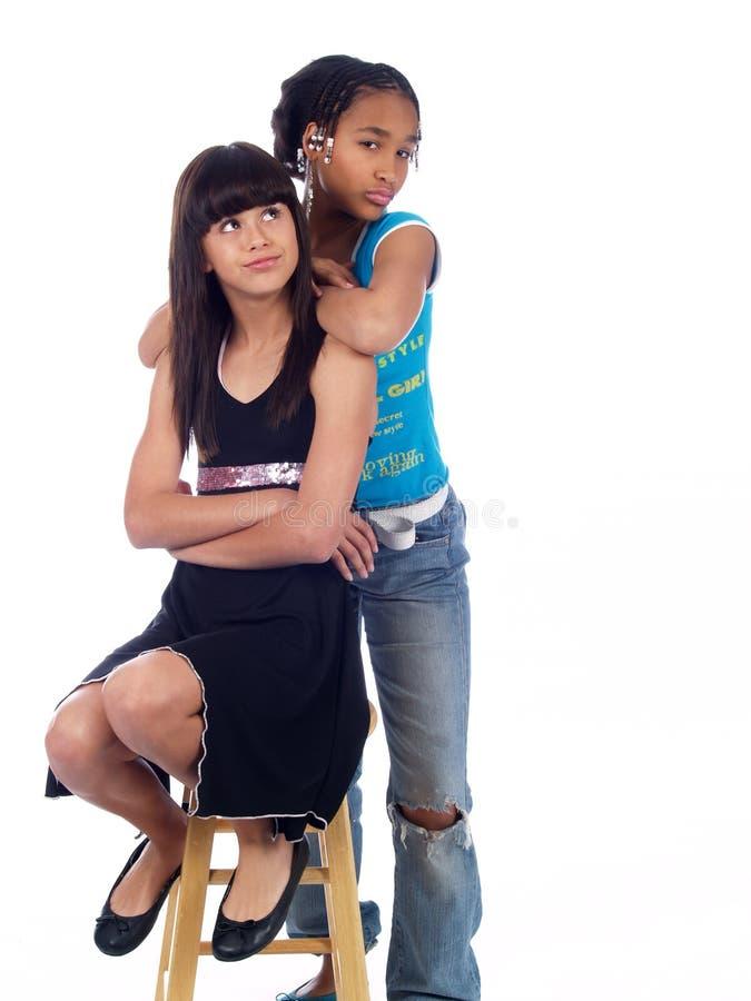 posera för 2 gulligt flickor royaltyfri fotografi