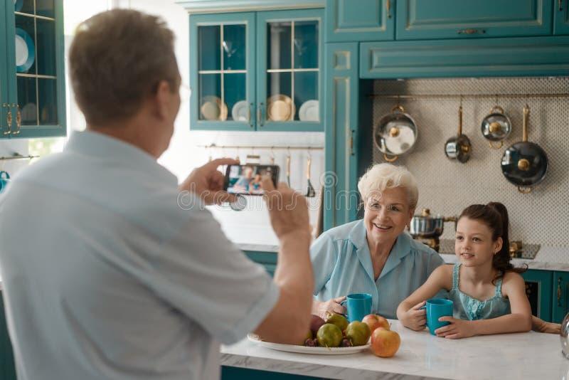 Posera för farmor och för sondotter royaltyfri foto