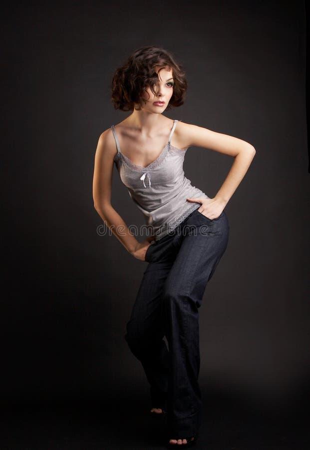 posera för flicka för bakgrundsbrunett mörkt royaltyfria bilder