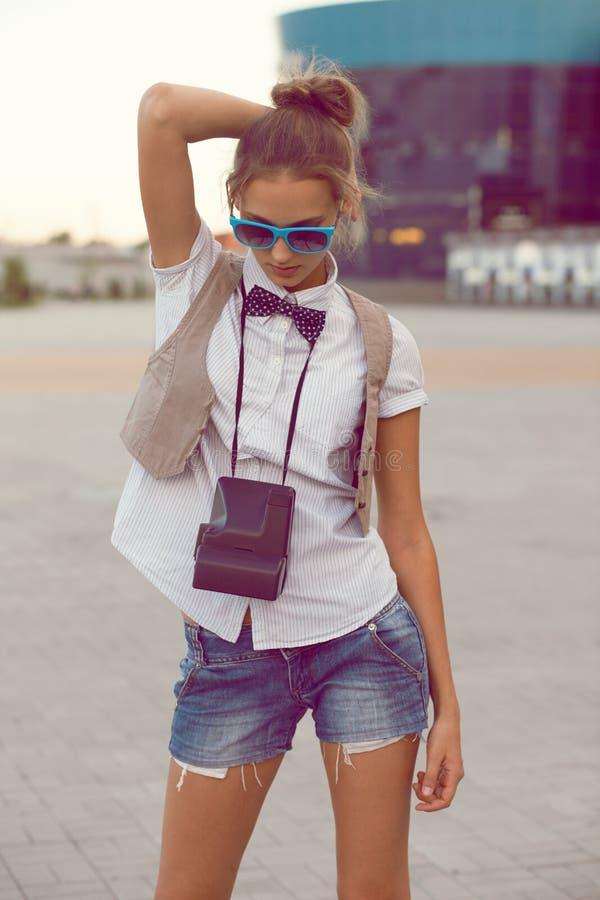 posera för flicka som är moderiktigt royaltyfri foto