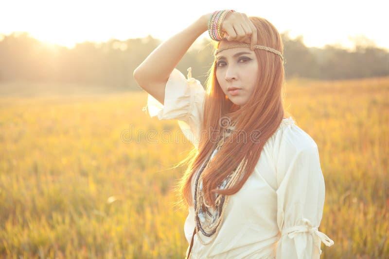 Posera för hippiekvinna royaltyfri fotografi