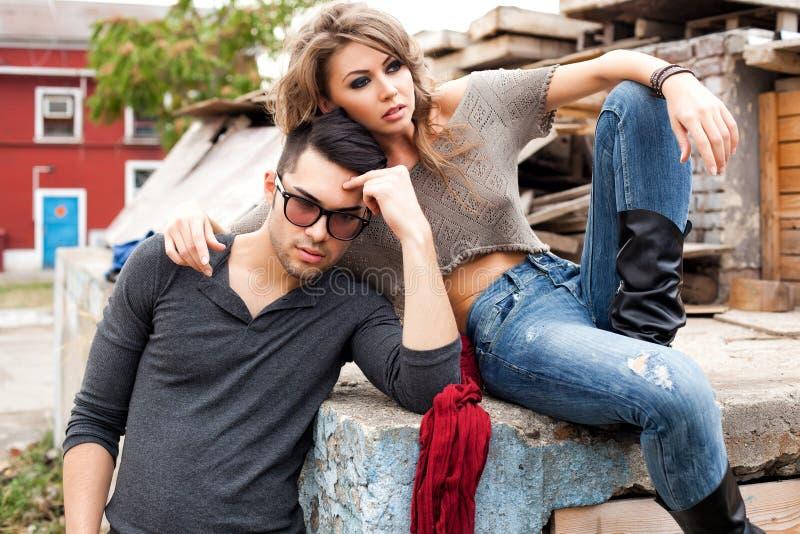 Posera för jeans för sexiga trendiga par som bärande är dramatiskt royaltyfria bilder