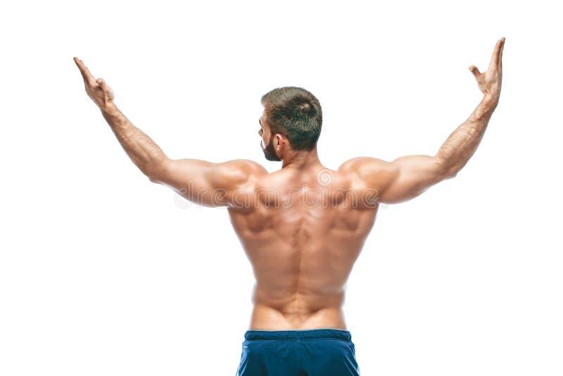 posera för kroppsbyggare Manlig makt för härlig sportig grabb Kondition som tränga sig in i blåa kortslutningar På isolerad vit b royaltyfri bild