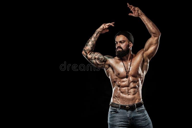 posera för kroppsbyggare Manlig makt för härlig sportig grabb Kondition tränga sig in man Fläckbegrepp royaltyfri foto