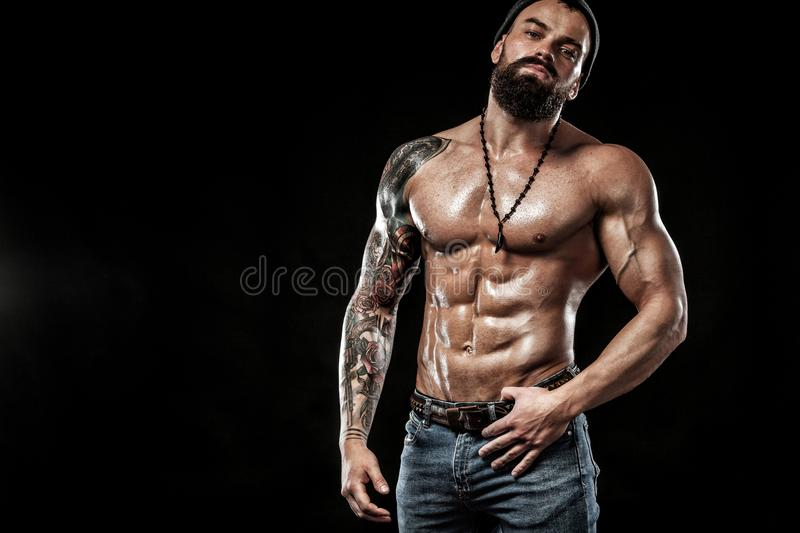 posera för kroppsbyggare Manlig makt för härlig sportig grabb Kondition tränga sig in man Fläckbegrepp med kopieringsutrymme arkivfoto