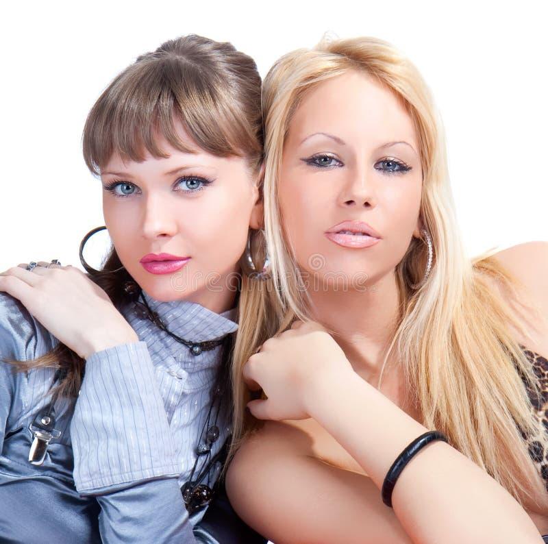 Posera för två ungt nätt kvinnor arkivbild
