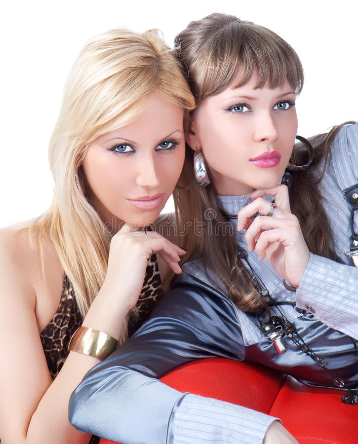 Posera för två ungt nätt kvinnor royaltyfri bild