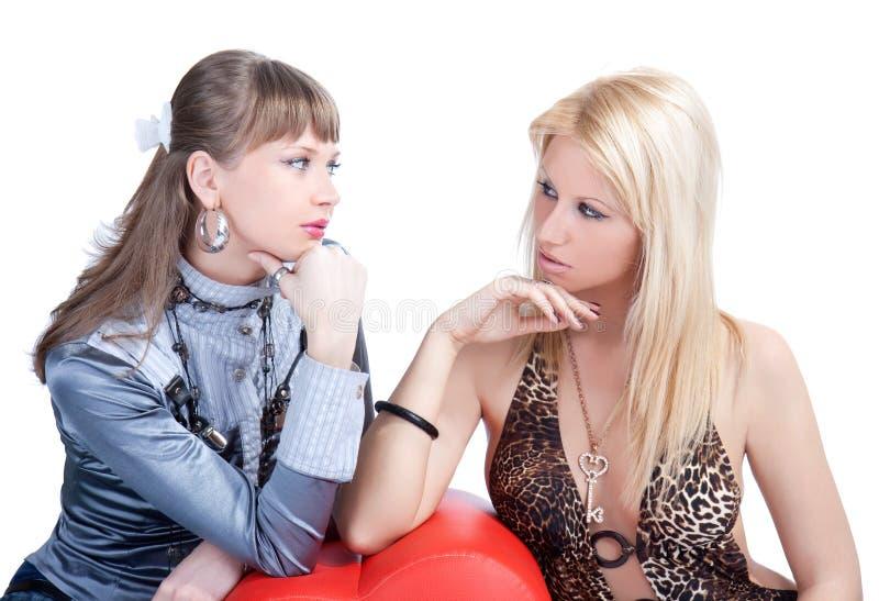 Posera för två ungt prety kvinnor royaltyfri bild