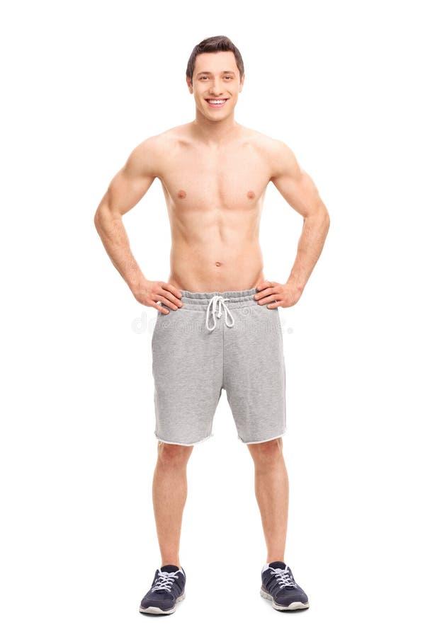 Posera för ung man som är shirtless fotografering för bildbyråer