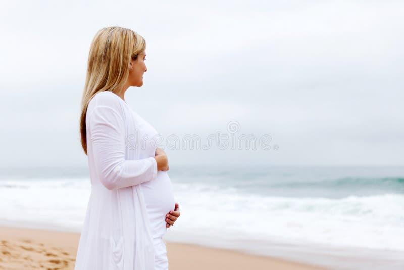 posera gravid kvinna arkivfoto
