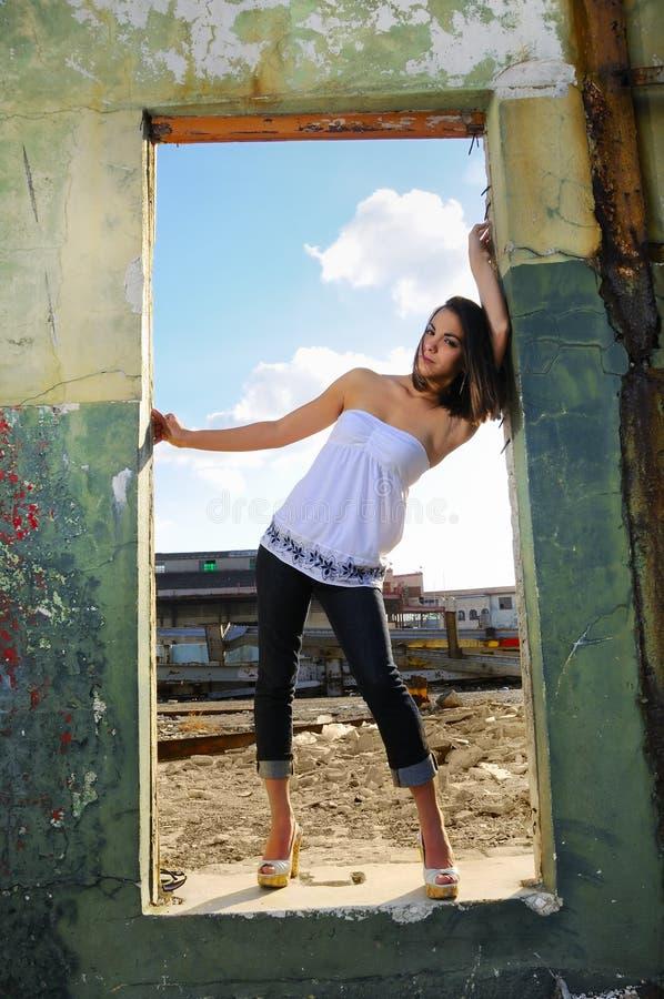 posera kvinna för mode arkivfoto