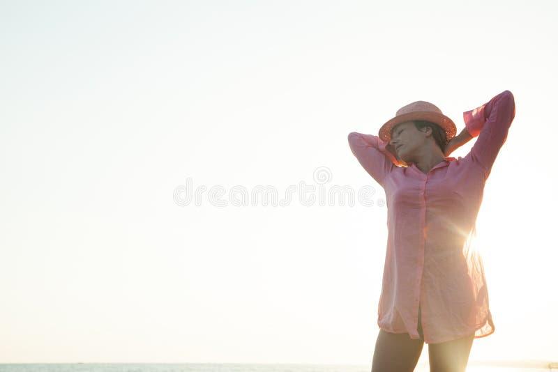 posera kvinnabarn fotografering för bildbyråer
