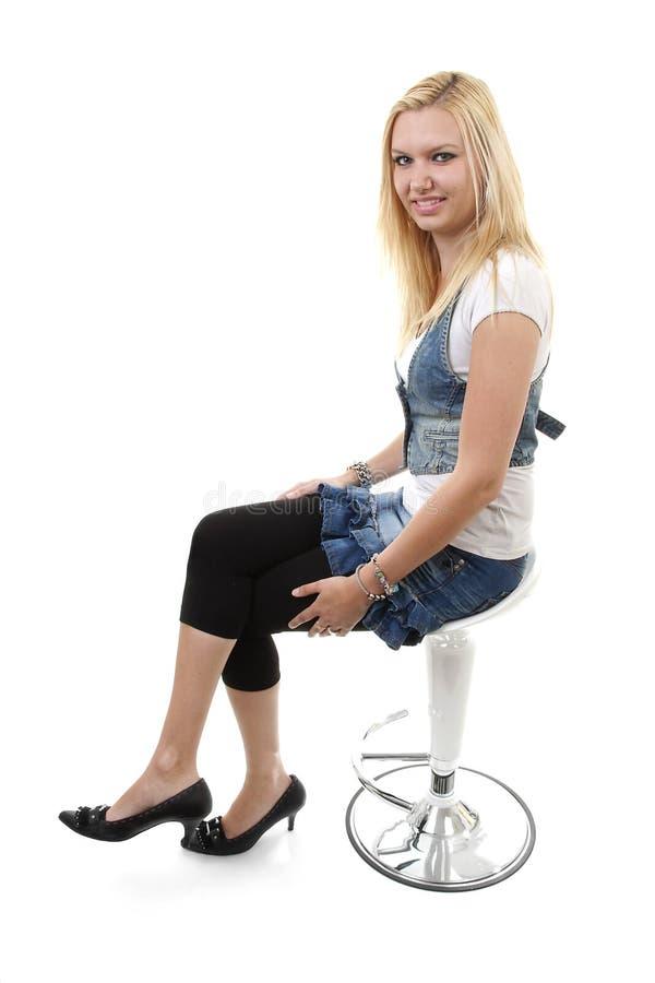posera kvinnabarn för blondin arkivfoton