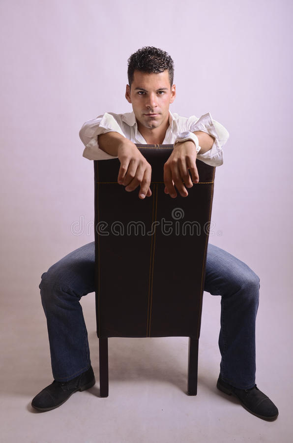 Posera mannen på stol royaltyfri bild