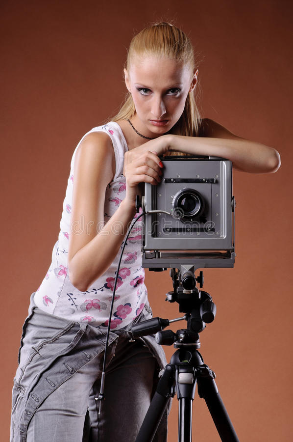 posera nätt studiokvinnabarn arkivfoto