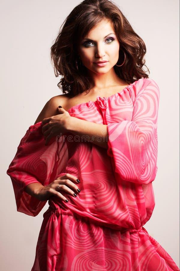 posera studio för brunettflicka royaltyfri fotografi