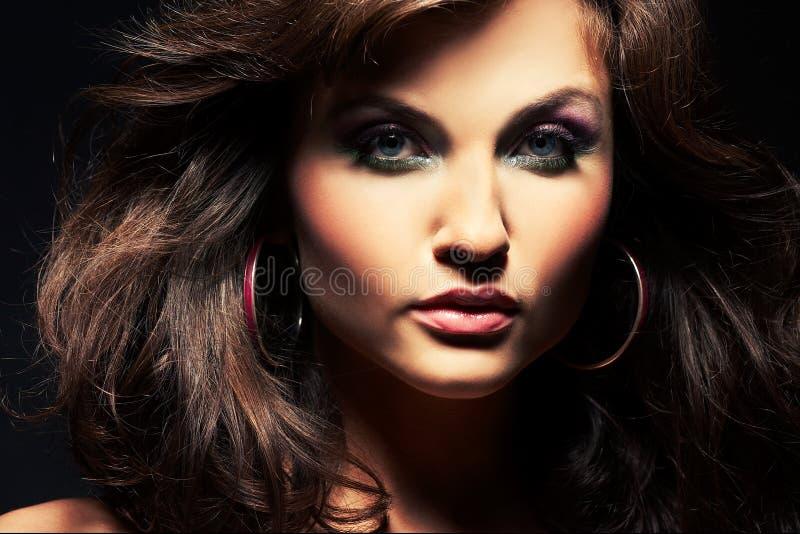 posera studio för brunettflicka royaltyfria foton