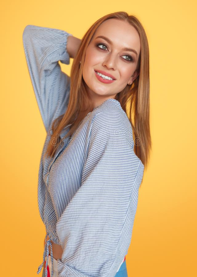 posera studiokvinna arkivfoton