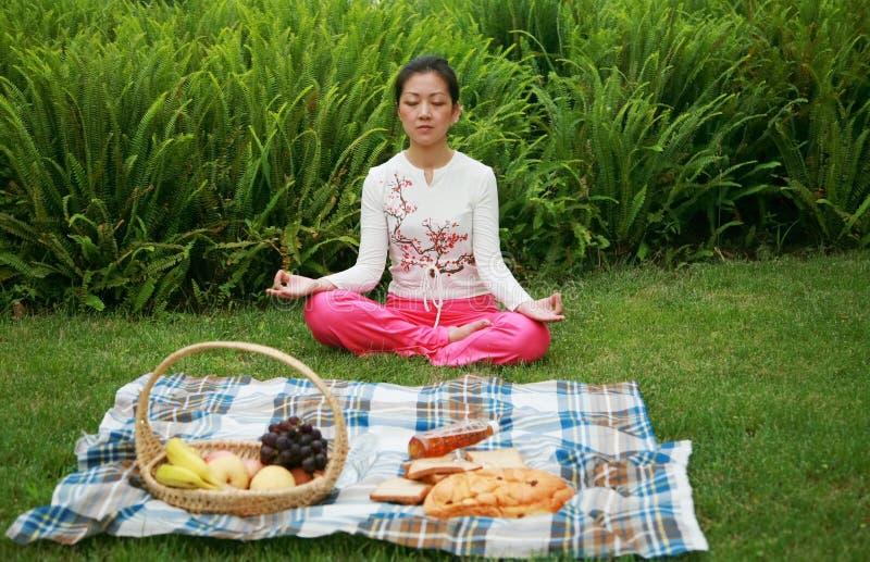 posera yoga royaltyfri foto