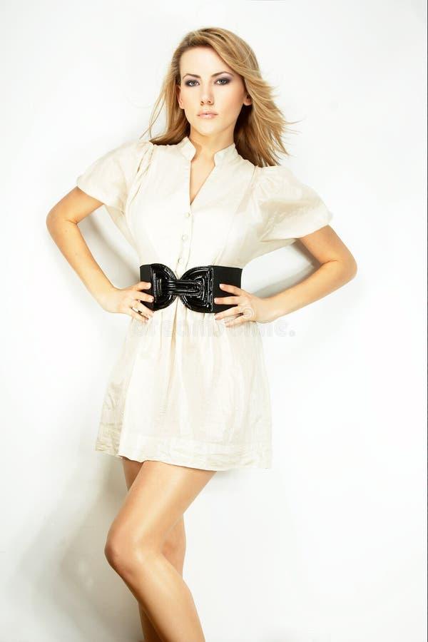 poserad modell för bakgrundsmodelampa royaltyfri fotografi