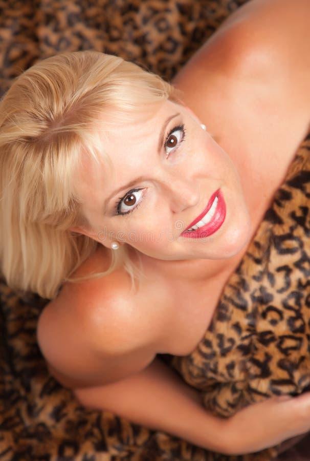 Poserar den blonda leoparden för den härliga filten kvinnan