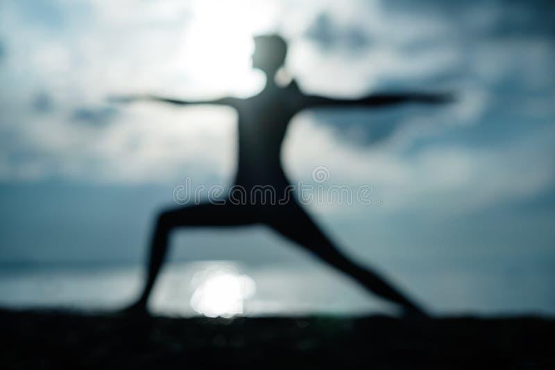 Poserar den caucasian kvinnan för den sportiga passformen som gör den asanaVirabhadrasana 2 krigaren, ställing i natur royaltyfri fotografi